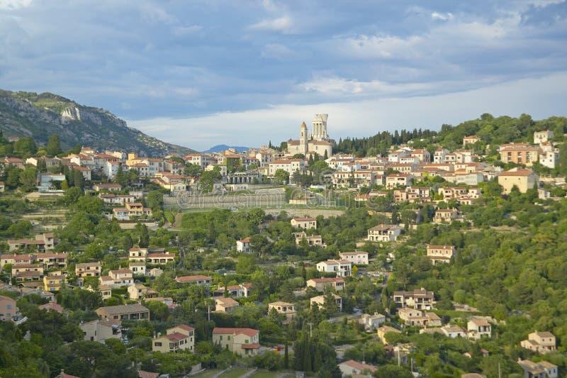 Cidade do La Turbie com DES Alpes e igreja de Trophee, França fotos de stock royalty free