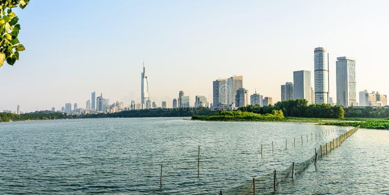 Cidade do lago e do Nanjin Xuanwu fotografia de stock