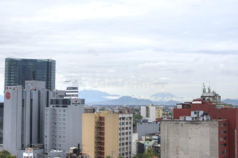 Cidade do México com vista dos vulcões Popocatepetl y Iztaccihuatl fotos de stock