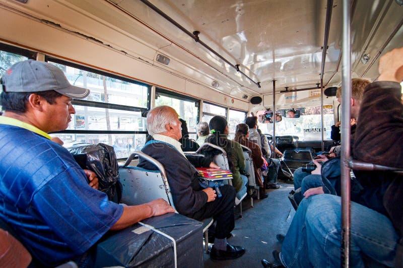 Cidade do México, México - 10 de novembro de 2010 Passageiros no transporte público mexicano 'pesero ' imagens de stock