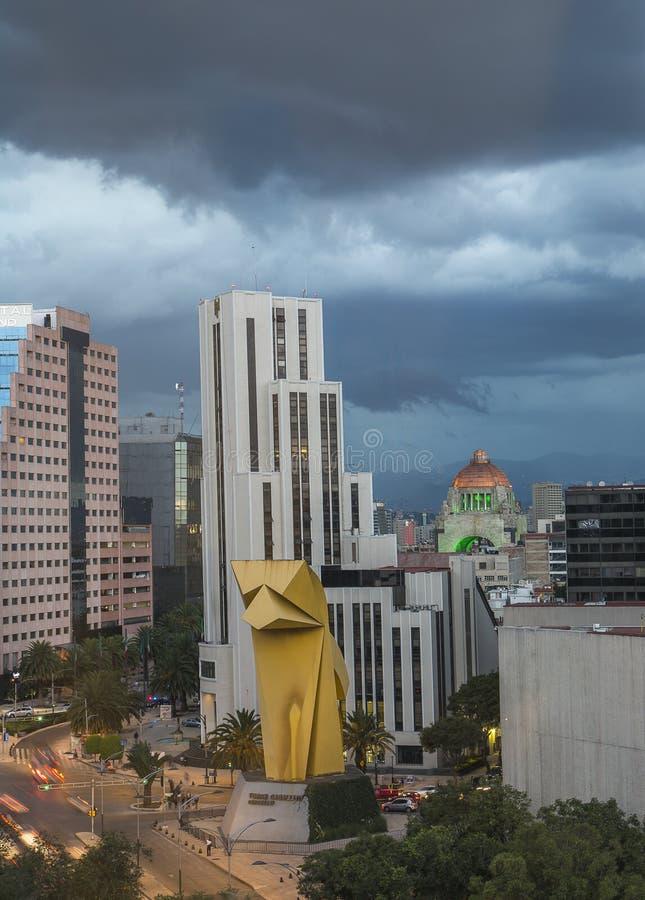 Cidade do México, o 4 de julho de 2016 opinião a tira de Reforma, o monumento à revolução e o cavalo pequeno Estas construções sã imagens de stock