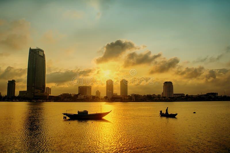 Cidade do nang da Dinamarca em um por do sol bonito com os barcos no rio fotografia de stock