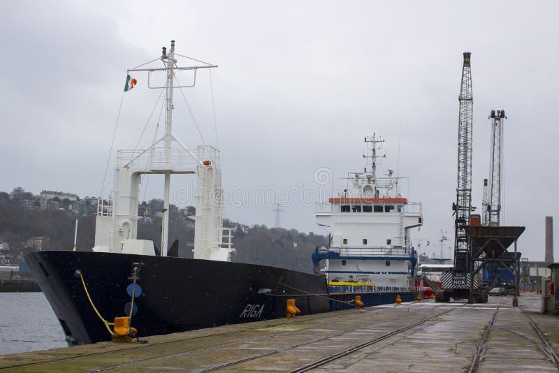 A cidade do navio de carga geral Riga de Cork Ireland The registrado em Malta está pronta para navegar descarregando sua carga em foto de stock royalty free