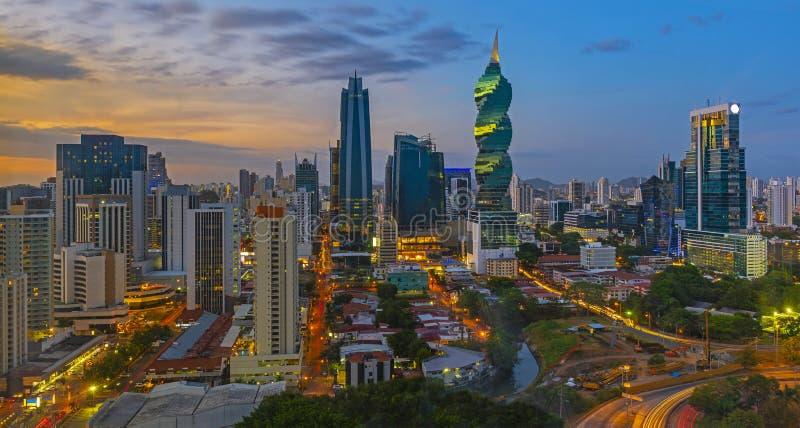 A Cidade do Panamá panorâmico na noite foto de stock