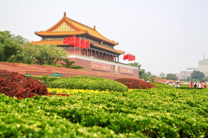 Cidade do Pequim, China 16 de julho de 2011: A ideia na frente da porta o palácio proibido, a maioria de povos viaja no lado foto de stock royalty free