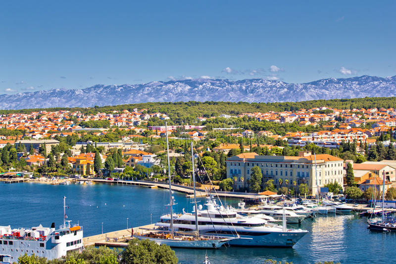 Cidade do porto de Zadar e da montanha de Velebit fotos de stock royalty free