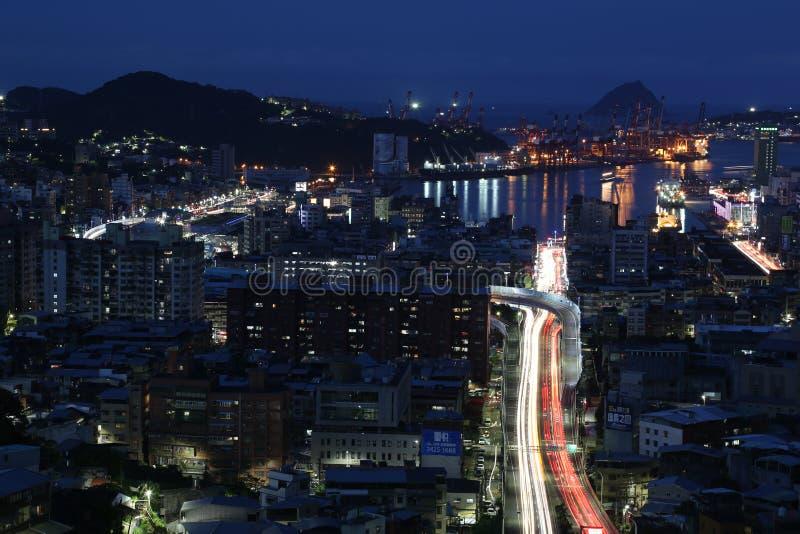 Cidade do porto no crepúsculo As luzes da cidade refletem na água fotos de stock