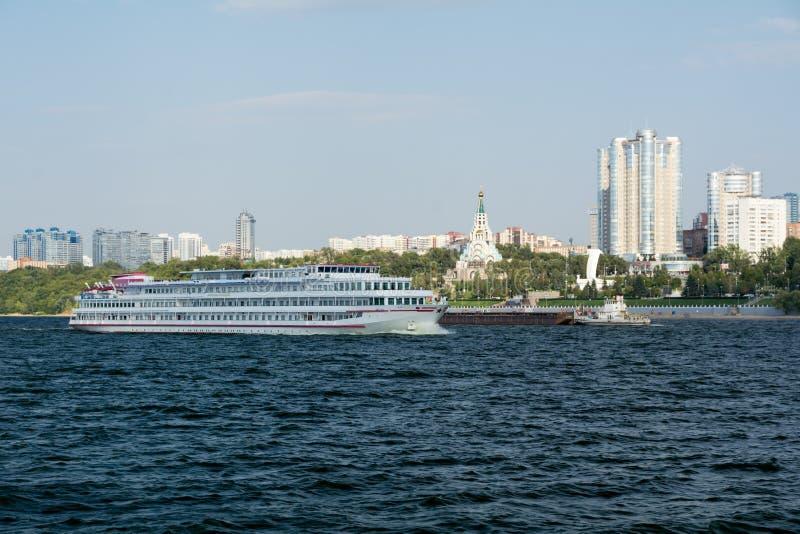 Cidade do Samara com o Rio Volga fotografia de stock