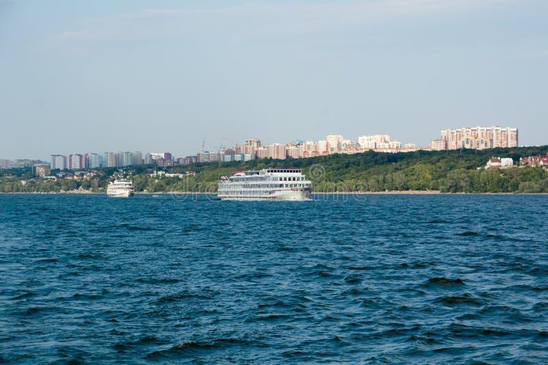 Cidade do Samara com o Rio Volga fotografia de stock royalty free
