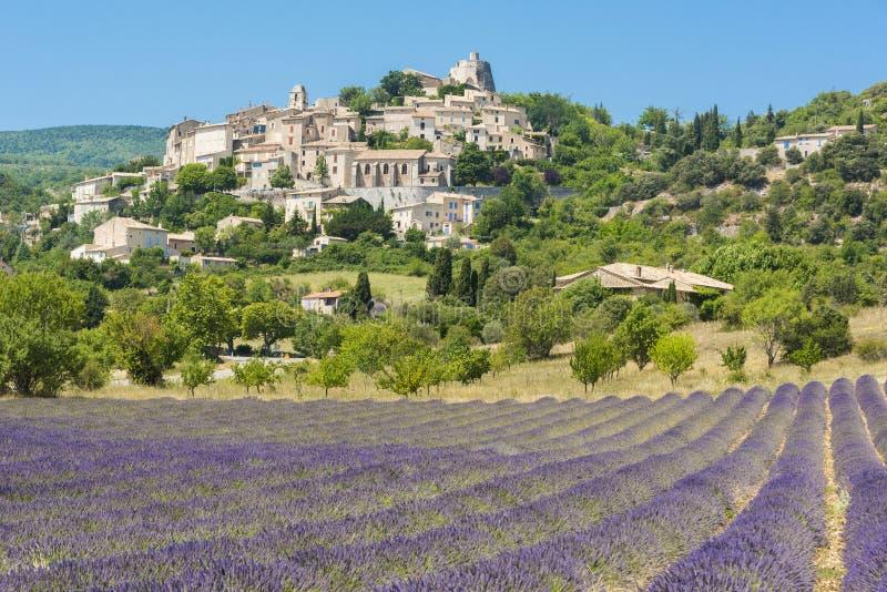cidade do Simiane-la-Rotonde em Provence imagem de stock