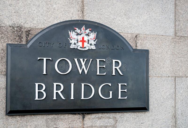 Cidade do sinal da ponte da torre de Londres com a crista da cidade montada na torre de pedra da ponte imagem de stock royalty free