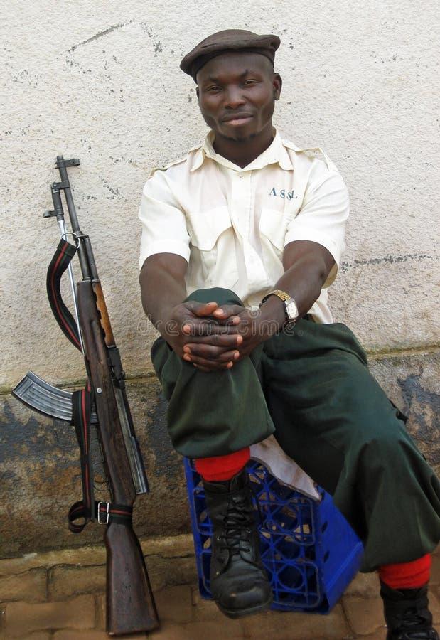Cidade do soldado do agente de segurança & arma armadas, África fotografia de stock