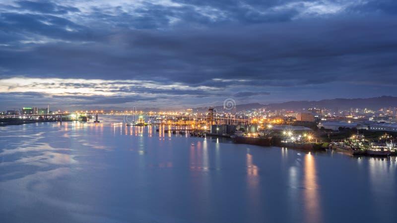 A cidade durante a hora azul imagem de stock royalty free