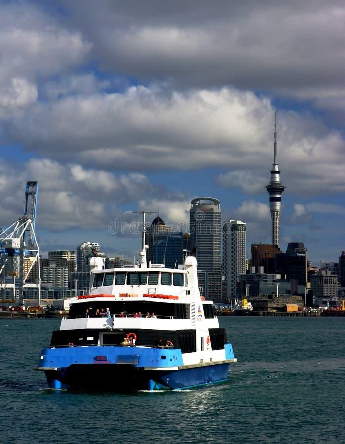 Cidade e balsa de Auckland fotos de stock royalty free