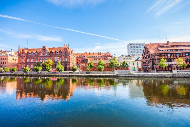 Cidade e celeiro velhos pelo rio de Brda Bydgoszcz fotos de stock royalty free