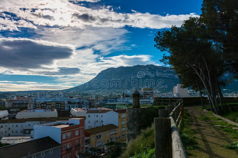 Cidade e montanha do castelo fotografia de stock royalty free