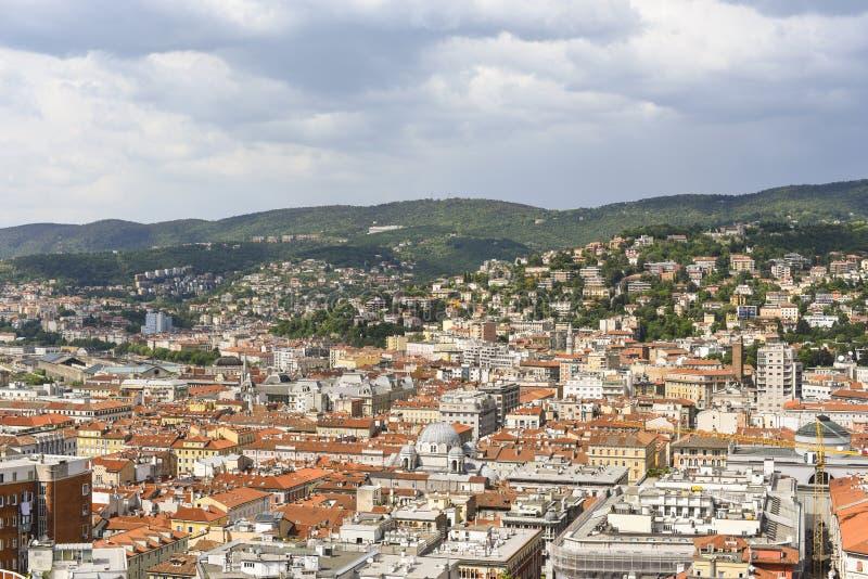 Cidade e montanhas de Trieste em Itália imagens de stock