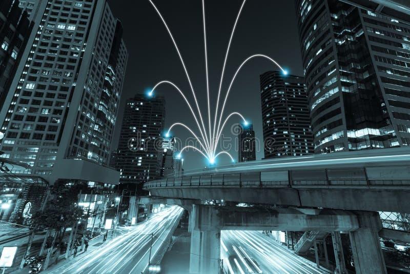 A cidade e o Internet espertos alinham no tom azul, communicatio sem fio foto de stock royalty free