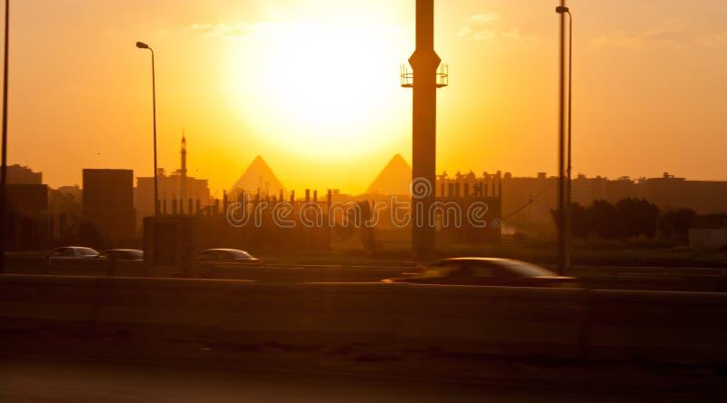 Cidade e pirâmides do Cairo no fundo fotos de stock