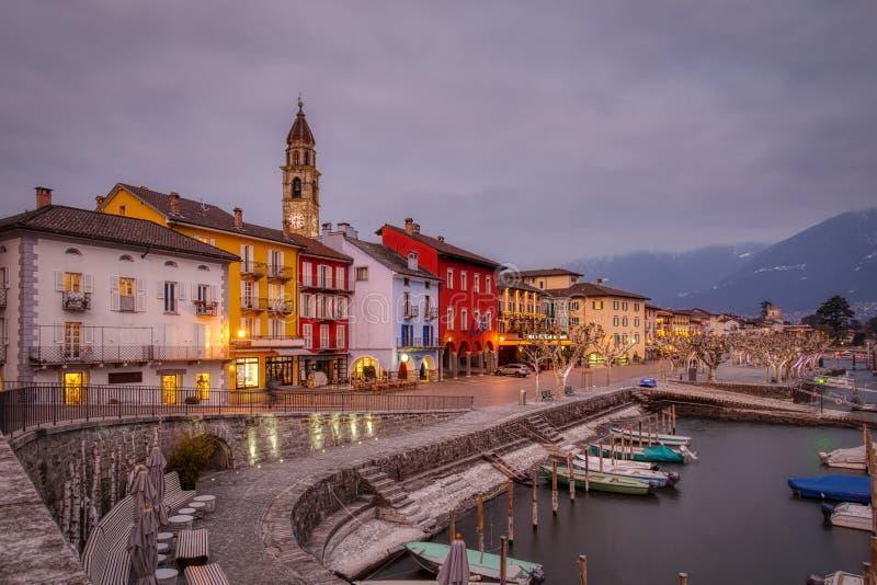 Cidade e porto velhos de Ascona no lago Lago Maggiore em montanhas suíças dos cumes imagem de stock