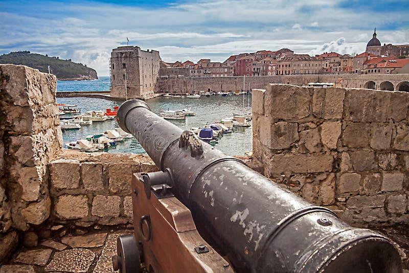 Cidade e porto velhos de Dubrovnik foto de stock