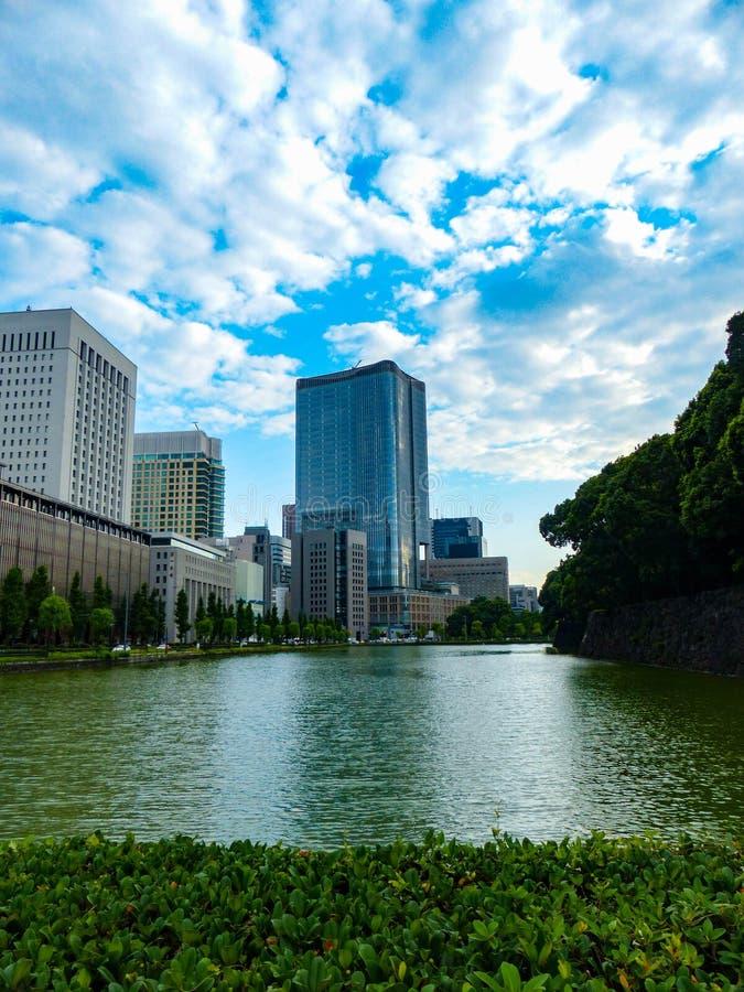 Cidade e rio imagem de stock