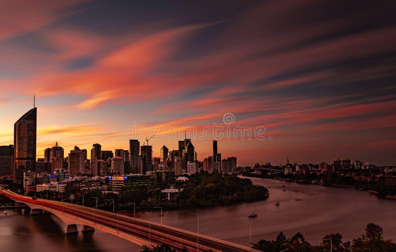Cidade e rio de Brisbane no por do sol com nuvens de nível elevado imagem de stock royalty free