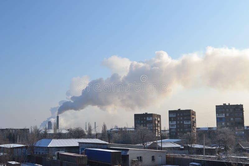 A cidade e sua planta metalúrgica fotos de stock