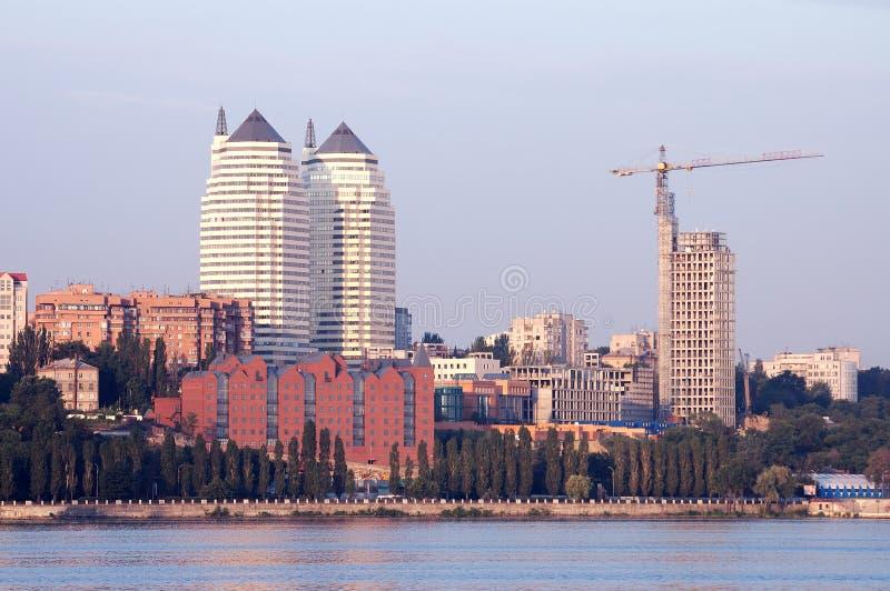 Cidade em feixes da manhã do sol fotografia de stock royalty free