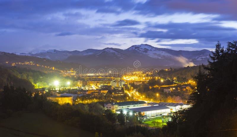 Cidade entre as montanhas na noite fotografia de stock royalty free