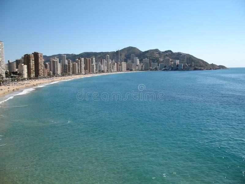 Cidade espanhola pelo mar fotografia de stock