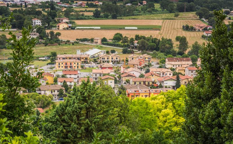 A cidade esplêndida de Loreto, dobrada dentro do campo da região dos marços, Itália imagens de stock royalty free