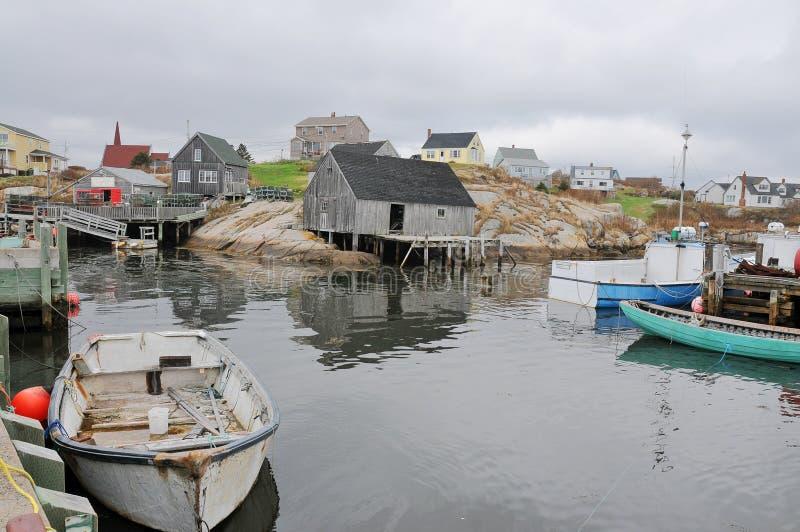 Cidade famosa do lado de mar da angra de Peggy próximo a Halifax fotos de stock royalty free
