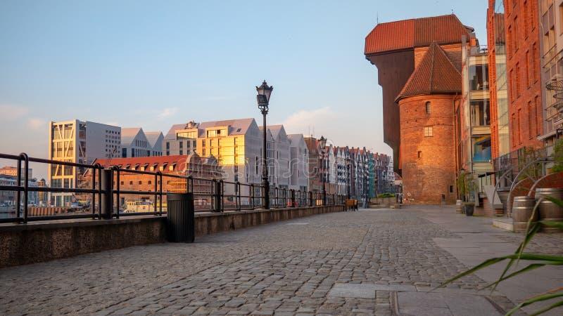 A cidade Gdansk com o guindaste medival o mais velho do porto chamou Zuraw foto de stock