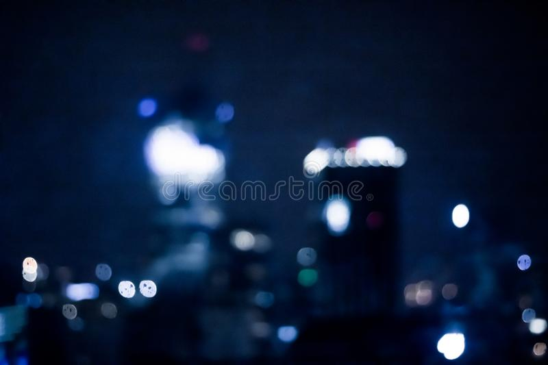 A cidade grande vem vivo na noite foto de stock