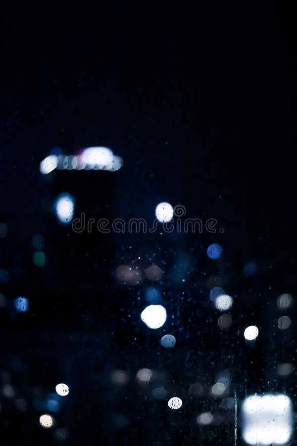A cidade grande vem vivo na noite fotos de stock
