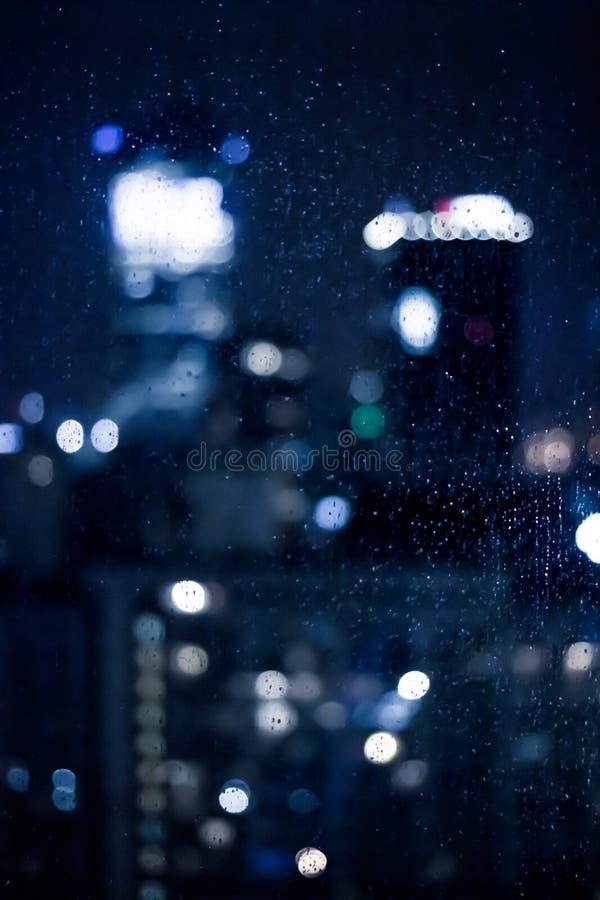 A cidade grande vem vivo na noite imagens de stock