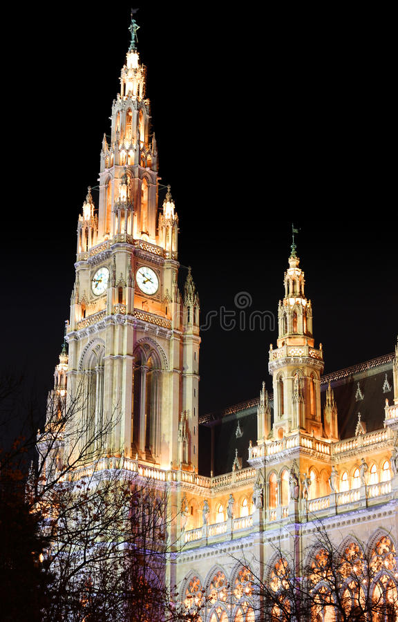 Cidade Hall Rathaus Building de Viena Áustria na noite fotos de stock royalty free