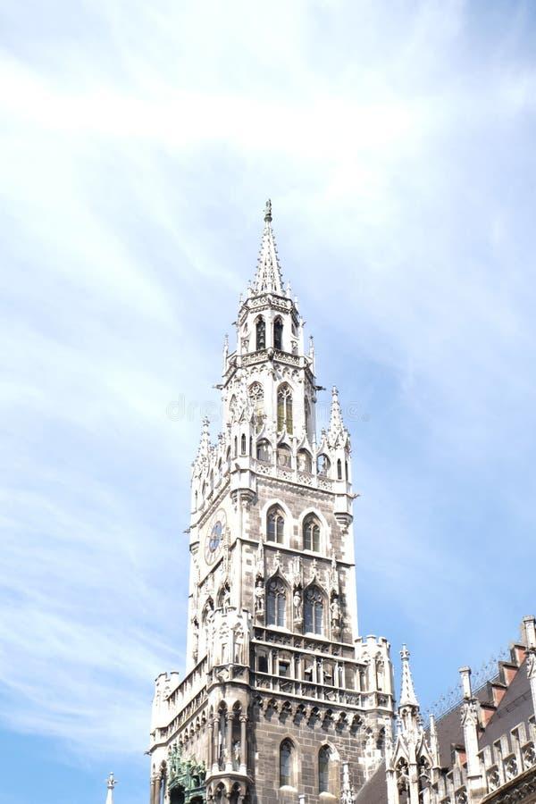 Cidade Hall Tower de Rathaus da cidade de Munich com céu fotografia de stock