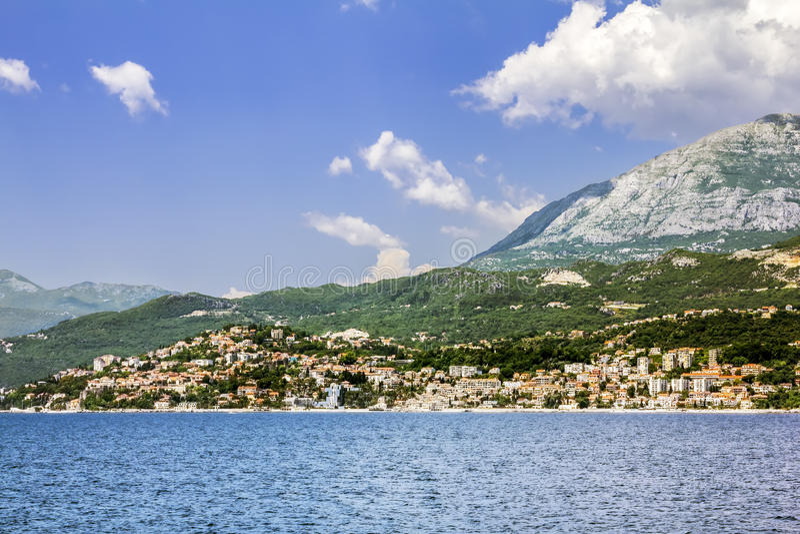 Cidade Herceg Novi na baía de Kotor, vista do mar fotos de stock