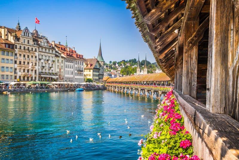 Cidade histórica da lucerna com ponte da capela, Suíça fotografia de stock royalty free