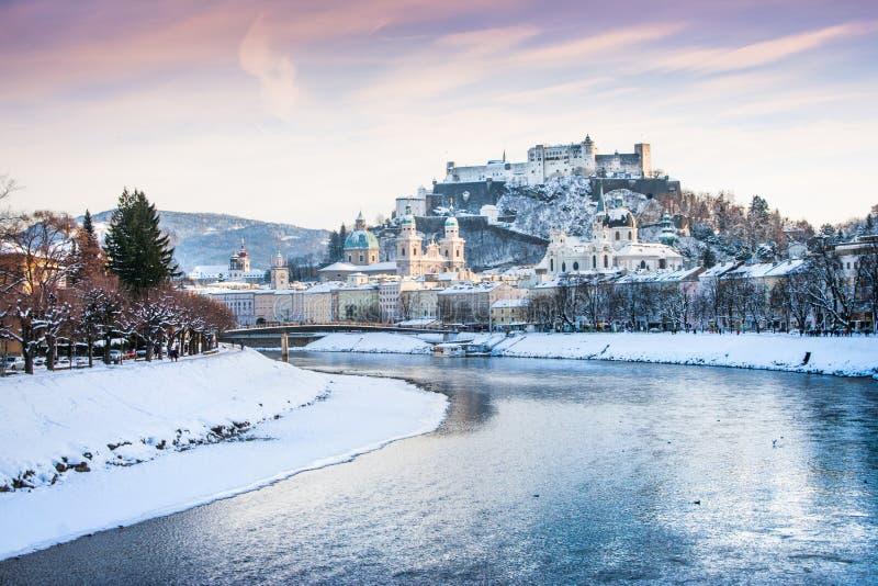 Cidade histórica de Salzburg no inverno, Áustria foto de stock