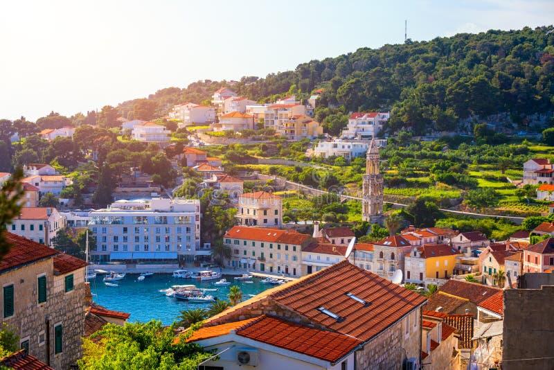 Cidade histórica incrível da paisagem aérea Hvar, Dalmácia, Croácia Ilha de Hvar Bay Air View, Dalmatia, Croácia Porto do velho foto de stock