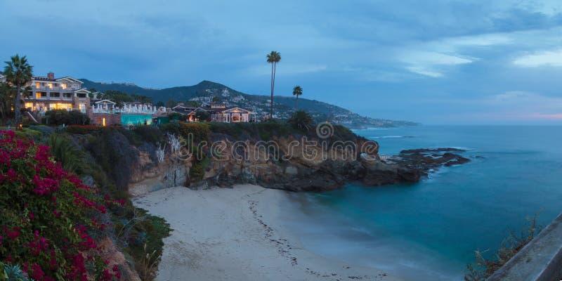 A cidade ilumina o Laguna Beach da vista na noite fotografia de stock royalty free