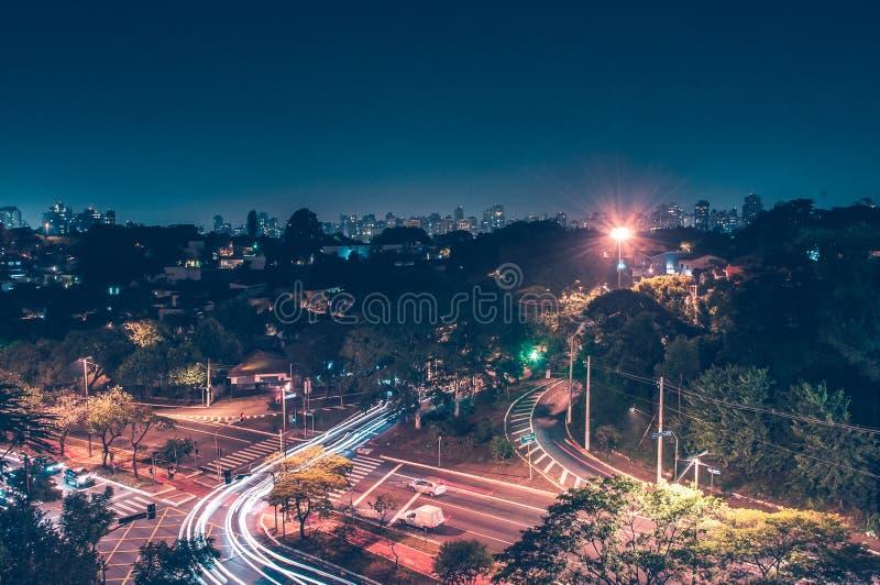 Cidade iluminada de cima de fotografia de stock