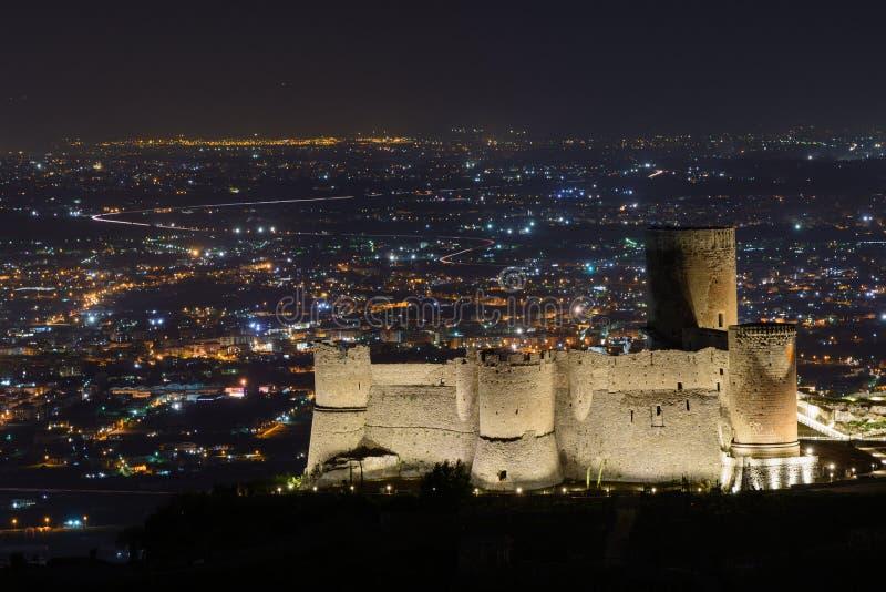Cidade iluminada na noite e na construção famosa Vista panorâmica ov imagens de stock royalty free
