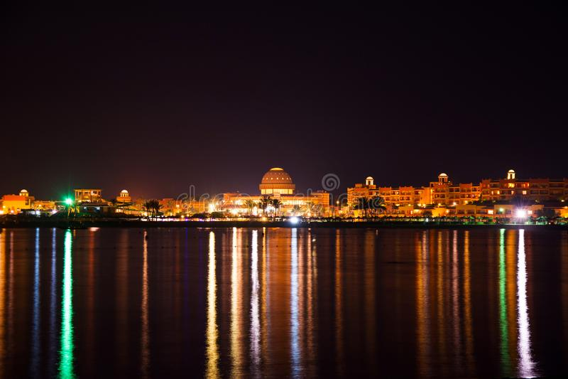 Cidade iluminada na noite que reflete na água - Egito fotos de stock royalty free