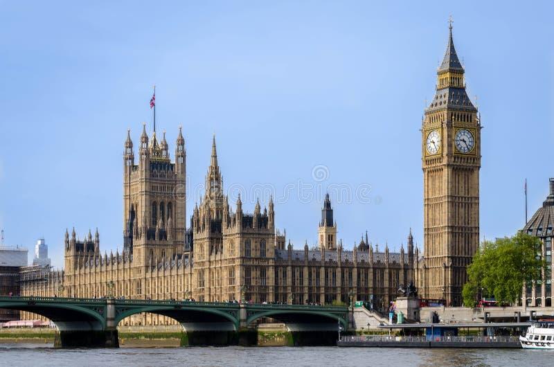 Cidade/Inglaterra de Londres: Construção de Big Ben e do parlamento que olha através do rio Tamisa fotografia de stock
