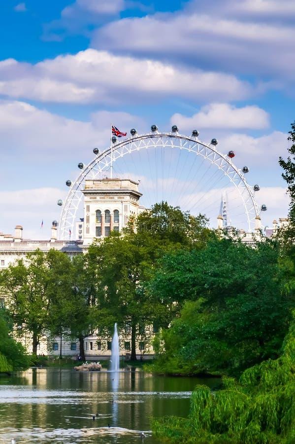 Cidade/Inglaterra de Londres: Vista de St James Park em London Eye fotos de stock royalty free