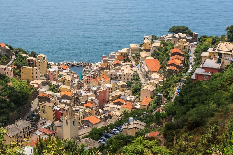 Cidade italiana agradável no mar imagem de stock